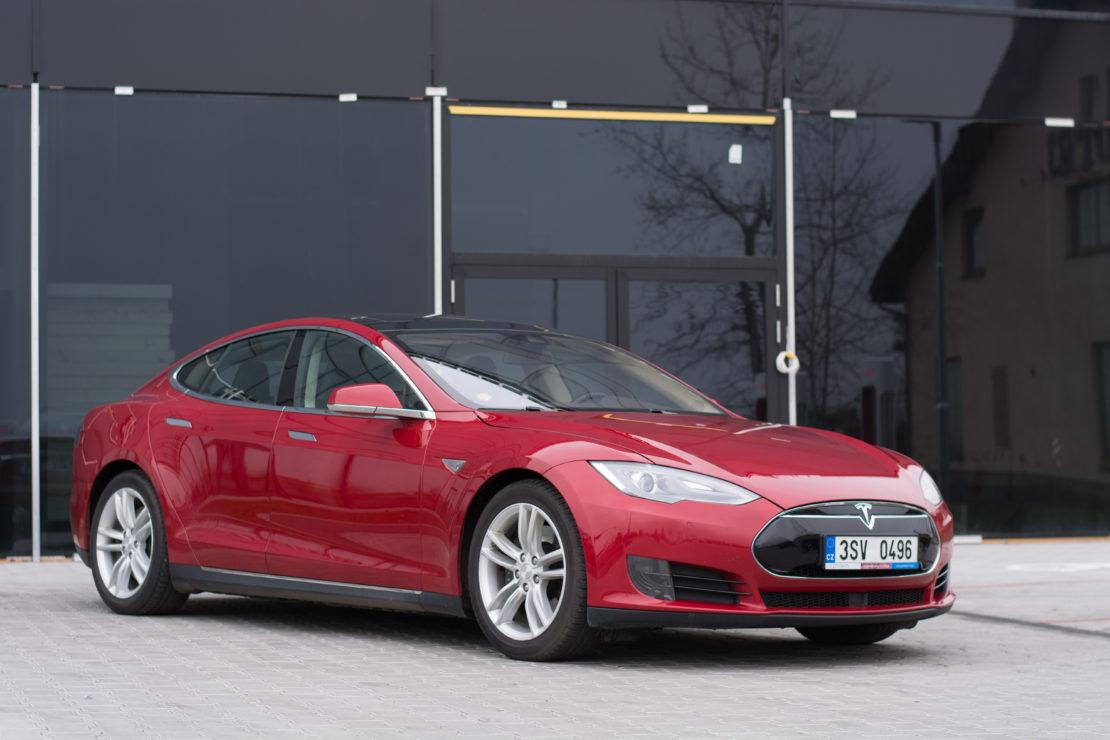 Tesla Model S 85D červená